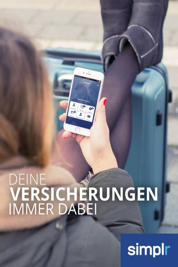 Frau mit Mobile phone nutzt Digitale Vertragsverwaltung von Finanzmakler Kempinski